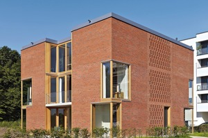 Die Architekten sahen in ihrem Entwurf eine Garage vor. Spengler Wiescholek aus Hamburg gaben in ihrem Masterplan aus dem Jahr 2010 vor, dass es keine Garagen als Anbauten geben sollte. Daraufhin reduzierten die Architekten ihr Gebäude