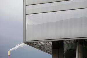 Die Folienkissen werden in Rahmen geklemmt. Die Untersicht des Fassadenraums ist mit Spiegeln verkleidet, die zusätzlich Licht und Farbbewegungen in die Halle lenken
