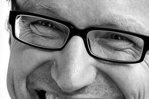 """<div class=""""fliesstext_vita""""><strong>Architektur Contor Müller Schlüter,<br />ACMS-Architekten GmbH</strong></div><div class=""""fliesstext_vita"""">Christian Schlüter</div><div class=""""fliesstext_vita"""">Nach 10-jähriger Zusammenarbeit in unterschiedlichen Projekt- und Büropartnerschaften gründeten Michael Müller und Christian Schlüter 1998 das Architektur Contor Müller Schlüter, dessen Geschäftsführung seit 2014 Olaf Scheinpflug ergänzt. Mit über 20 Architekten und Ingenieuren werden unterschiedliche Bauaufgaben im Hoch- und Innenausbau vom Konzept bis zur Realisierung bearbeitet. Neben den Schwerpunkten der Energieeffizienz und dem Bauen im Bestand liegt ein besonderes Augenmerk auf der Vorfertigung großformatiger Bauteile zur Optimierung der Bauprozesse. Die hierbei möglichen ökonomischen und ökologischen Vorteile konnten im Rahmen zahlreicher Baumaßnahmen und begleitender Forschungsprojekte nachgewiesen werden. </div>"""