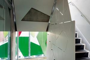 Auch in den Treppenräumen ergeben sich durch die Fassade interessante Licht-, Schatten und Farbspiele<br />