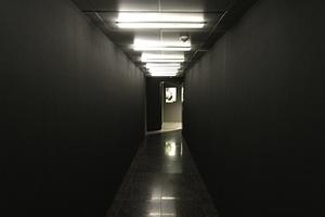 So genannter Darkroom vor der Schaufenster-/Vitrinen/Fensterpräsentation von Mode auf der Zwischenebene