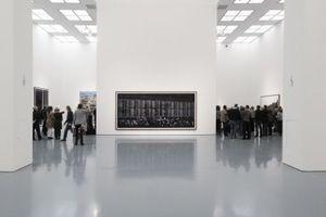 Ausstellungsansicht ... hier mit Pressemenschen, die den Eröffnungsworten des Museumschefs, Beat Wismer, lauschen.