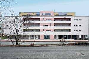 Der horizontal gestreckte Putzbau entlang der Hammer Straße zeigt die Laubengangerschließung und die Farbigkeit der gesamten Anlage