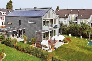 Die Verlegung der Schieferplatten erfolgte an der Fassade in der so genannten variablen Deckung, auf dem Dach liegt eine Rechteck-Doppeldeckung, die Photovoltaikanlage ist dort fast unsichtbar integriert<br />