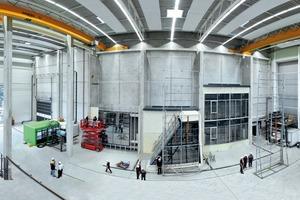 Blick in das Schüco Technologiezentrum, das von der nationalen Akkreditierungsstelle der Bundesrepublik Deutschland (DAkkS) als unabhängiges Herstellerlabor akkreditiert ist. Alle Prüfungen werden so mit der erforderlichen Neutralität durchgeführt