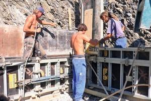 Die aus Stampflehm bestehenden Kellerwände werden auf Streifenfundamenten aus Beton (C15) mit geringem Anteil an Zement und unter Beimischung von Trasskalk gegründet