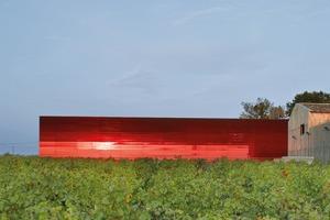 Ein traditionelles Weingut bekommt ein neues farbiges Gebäude hinzu