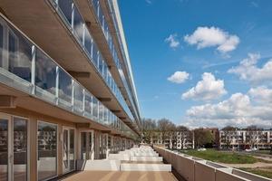 Das Dach der Parkplätze bildet die großzügige Terrasse der Maisonettewohnungen im 1. Obergeschoss