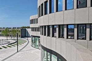 An einigen Stellen erforderte die Gebäudegeometrie besondere Lösungen. Solch eine Stelle war das Brüstungselement zwischen dem Erdgeschoss und dem 1. Obergeschoss. Dort stoßen konkave auf konvexe Bauteile
