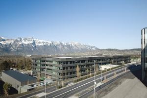 """<div class=""""9.6 Bildunterschrift"""">Der langgestreckte Baukörper des Hilti Innovation Center in Schaan. Hier sind die am Innovationsprozess beteiligten Bereiche unter einem Dach vereint</div>"""