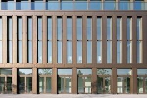Der Unterschied zwischen Fassadenelementen mit Flügelfenster und solchen mit Festverglasung ist von außen nicht zu erkennen