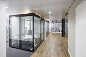 Mit dem flexiblen, Raum in Raum Konzept von Glas Marte lassen sich nicht nur in Open Space Bereichen, geschlossene Räume freistehend platzieren. In das beidseitig flächenbündige und optisch ansprechende Erscheinungsbild von GM MARTITION® Plus fügt sich auch die Tür – bei gleicher Bautiefe wie die Fixteile – harmonisch in das Gesamtbild ein. Die zweischalige Glastrennwand erreicht dabei höchste Schallschutzanforderungen bis 49 dB Rres,w. Die zweischalige Glastrennwand kann in sich geschlossen als Kubus oder einseitig offen konstruiert werden. www.glasmarte.at