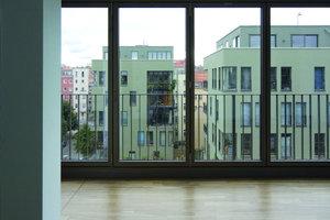 Das Konzept sieht innerhalb der Nutzungseinheiten keine bzw. sehr wenige Wände vor. Die lichte Raumhöhe beträgt in allen Geschossen 3 m. Nur bei den innen liegenden Bädern (WE 2,4,6,8,10) werden die Decken auf 2,70 m abgehängt (hier verlaufen Leitungen). Alle Fenster erhalten Zwei-Scheiben-Isolierverglasung, Schallschutzklasse II oder III entsprechend des Schallschutznachweises. Das Gebäude wurde mit einem KfW-Award ausgezeichnet