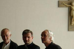Einer mal wieder ganz am Rande, obwohl eigentlich mittendrin: Peter Zumthor (l.) mit kirchlichen Würdenträgern im neueröffneten Sakralmuseum Kolumba, Köln