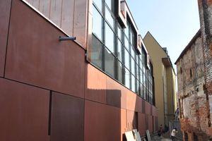 Die Architekten hatten sich neben den denkmalpflegerischen Anforderungen an einen Neubau weiteren großen Herausforderungen zu stellen. Das begrenzte Baufeld zwischen der historischen Stadtmauer und der restaurierten Rochus-Kapelle auf der einen und der baulichen Substanz zur Heilig-Geist-Gasse auf der anderen Seite, erforderte die bestmögliche Ausnutzung des Grundstücks