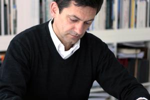 """<div class=""""fliesstext_vita""""><strong>Turkali Architekten, Frankfurt a. M. </strong></div><div class=""""fliesstext_vita""""></div><div class=""""fliesstext_vita"""">Zvonko Turkali war nach dem Studium der Architektur an der FH Frankfurt, der Städelschule Frankfurt und der Harvard Universität in Cambridge/US wissenschaftlicher Assistent an der RWTH Aachen und Gastprofessor an der Universität Kassel.1988 gründete Turkali das Büro Turkali Architekten in Frankfurt a. M. Seit 1998 ist er Professor an der Leibniz Universität Hannover. Als Mitglied von Gestaltungs- und Städtebaubeiräten hat er zahlreiche Städte in Fragen des Städtebaus und der Architektur beraten, so in Frankfurt, Regensburg, Karlsruhe, Biberach und derzeit in Lübeck und Freiburg. 2006 hat er den Christian-Heyden-Preis für Baukultur verliehen bekommen. Zvonko Turkali war von 2009 bis 2012 Landesvorsitzender des BDA Hessen und ist Preisrichter bei zahlreichen nationalen und internationalen Wettbewerben. </div>"""