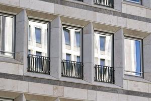 Die alten Holzfenster sind gegen Aluminiumfenster ausgetauscht worden, die Farbigkeit bleibt erhalten. In Abstimmung mit dem Denkmalschutz senkten die Architekten die Fensterbrüstungen und versahen die Fenster mit einer absturz-sicheren Glasbrüstung