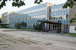 """<div class=""""13.6 Bildunterschrift"""">Die beiden Bestandsgebäude waren massiv miteinander verbunden</div>"""