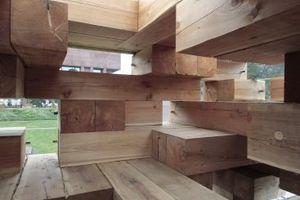 """""""Normalerweise gibt es in der Architektur immer einen großflächigen Boden, auf dem sich viele Möbel befinden. Ich wollte den Raum dagegen wie eine Landschaft organisieren, die sich über viele Stufen durch das Haus hindurch erstreckt."""" (Sou Fujimoto)"""