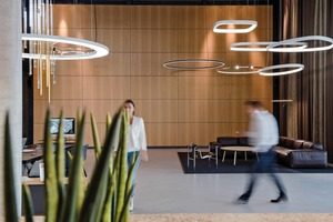 Das Foyer erstreckt sich über zwei Geschosse. Mit der Beleuchtung wird eine zweite Ebene in das Raumvolumen eingesetzt, die zugleich auf die verschiedenen funktionalen Bereiche ausgerichtet ist<br /><br />
