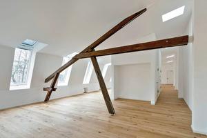 Im Seitenhaus wurden in den Normalgeschossen die alten Trennwände entfernt, um die bis dahin sehr kleinteilige Raumstruktur für eine flexiblere Büronutzung anbieten zu können