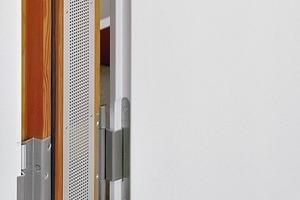 """<div class=""""13.6 Bildunterschrift"""">Die nach alten Vorbildern gefertigten Türen im Bundesverfassungsgericht in Karlsruhe wurden in die vorhandenen Zargen eingebaut. Dazu stellte Simonswerk 350 Türbänder von der Produktreihe VARIANT in Sonderanfertigung her. </div><div class=""""13.6 Bildunterschrift"""">Im Bild links unten: Neues Türband, linke Seite; altes Band, rechts</div>"""