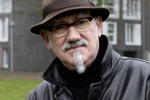 Peter Wilson mit Hut und Mantel und demnächst in der Hamburg Edition von AnA, am 27. April 2017
