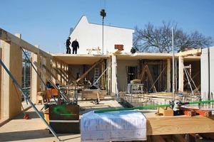 Die Konstruktion setzt sich aus Holz- und Stahlbetonfertigteilen zusammen. Der teilunterkellerte Bereich, die Erschließungskerne, die Brandwände sowie die Decke über dem EG sind in Stahlbeton geplant, alle anderen Bauteile sind Holzkonstruktionen<br />