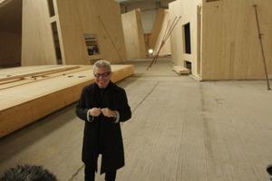 Der Architekt vor den Holzeinbauten in der Halle<br />