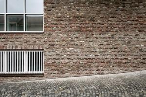 Die äußere Schale besteht zu 100 % aus wiederverwertetem Altziegel (oberes Fenster: Kunstpädagogikraum)