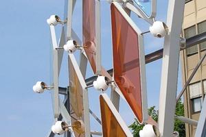 """Die Glaselemente sollten in unterschiedlichen Winkeln auf den Rahmen montiert werden, um der Oberfläche des fließenden """"Schleiers"""" das dreidimensionale Aussehen eines Smaragden zu verleihen, was die Fassadenplaner und Lichtingenieure der mit LED-Leuchten zu illuminierenden Haut vor besondere Herausforderungen stellte, da die unliebsame Reflexionen und Blendungen zu vermeiden waren<br />"""