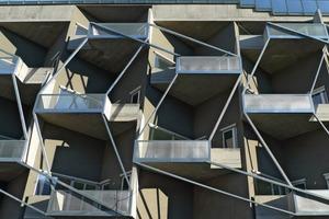 Die Balkonbrüstungen zur Tokiostraße sind mit Streckmetall ausgefacht<br />