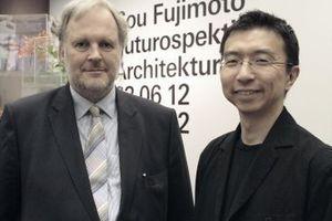 Museumsdirektor Friedrich Meschede mit Sou Fujimoto