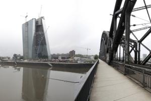 Südostansicht. Hinten links das Bankenzentrum mit altem EZB-Tower