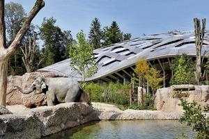 Die Anlage wird als durchgängigen Landschaftsraum verstanden. Das Elefantenhaus ist eine 5 500m² große Halle, die in diesem Fall das Naturerlebnis zu steigern versteht