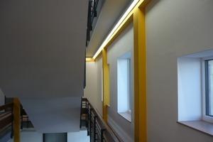 Die Baugeschichte des Gymnasiums bleibt durch die farbliche Markierung der Tragstruktur auch nach der Modernisierung ablesbar.<br />