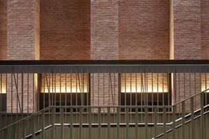 Die in höchster Präzision erstellte Ziegelfassade wird malerisch in Szene gesetzt und illuminiert durch künstliches und natürliches Licht- und Schattenspiel<br />