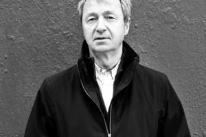 """<div class=""""autor_linie""""></div><p><span class=""""ueberschrift_hervorgehoben"""">Thomas Leeser</span></p><p>ist bekannt für seine Auseinandersetzung mit neuen Medien. Leeser hat Industriedesign an der FH Han-nover und Architektur an der TH Darmstadt studiert. Während des Studiums verbrachte er ein Studienjahr an der Cooper Union School in NYC. Von 1980-1989 arbeitete er im Büro von Peter Eisenman. Seit 1989 führt er ein eigenes Architekturbüro, das Projekte weltweit betreut und zahlreiche Wettbewerbserfolge erzielt hat. Leeser ist seit 1989 kontinuierlich in der Lehre tätig. Er arbeitete an der Princeton University, am Illinois Institute of Technology (IIT) in Chicago, an der Columbia University in NYC und lehrt zur Zeit am New York City Campus der Cornell University.</p>"""