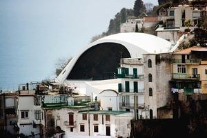 Das Auditorium Oscar Niemeyer Ravello wirkt sehr dominant im Bestand<br />