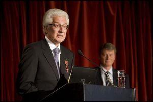 Der ehemalige Präsident der BAK, Prof. Arno Sighart Schmid, erhielt das Bundesverdienstkreuz