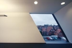 Blick aus dem letzten Büroraum Richtung Osten. Das Fenster ist das vorletzte Segment der gebäudeumgreifenden Glasfuge
