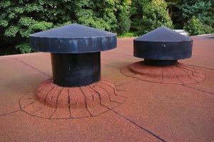 Beispiele für typische Durchdringungen auf dem Flachdach – in diesem Fall Rohrdurchführungen für die Entlüftung
