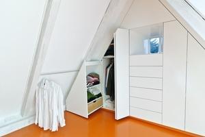 """<div class=""""13.6 Bildunterschrift"""">Im Stair Case Study House 02 entwickelte der Architekt für das Elternschlafzimmer passgenaue Einbaumöbel, platziert in der Giebelwand, mit Faltschiebetüren und einem Schublade-in-Schublade System</div>"""
