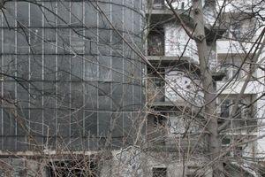 Blick auf die Rückseite mit Nottreppe vom Bahndamm aus