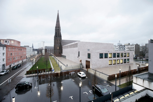 Westansicht des Ensembles mit geplantem Park, dem großen Saal, der Kirche und dem kleinen Saal dahinter
