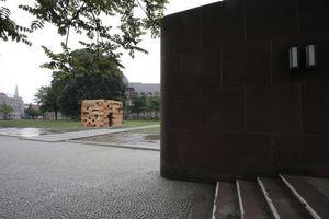 """Extramuseal: Sou Fujimoto mit seinem """"Final Wodden House""""-Nachbau vor der Kunsthalle in Bielefeld"""