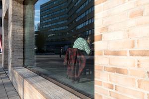 Das Café im Südkopf des Riegels inszeniert das Öffentliche der neuen Architektur, die etwas abgelöst hat, das allerdings wie ein Café ebenfalls einen Platz mitten in der Stadt haben sollte:
