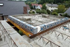 """<div class=""""10.6 Bildunterschrift"""">Rücksprünge, Einschnitte und Ausschnitte prägen den Kubus des Wohnhauses. Um die massiven Betonfertigteile thermisch zu entkoppeln, wurden verschiedene Isokörbe von Schöck eingebaut</div>"""