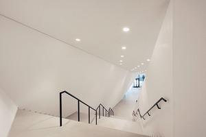 Treppe hinauf zu Foyer und Galerie oben