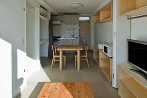 Weitgehend geschlossene Container, die Küchen, Bäder und Kinderzimmer aufnehmen, wechseln sich mit offenen Containern für Wohn- und Essräume ab